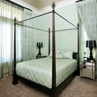 Cette photo montre une chambre tendance de taille moyenne avec un mur vert, aucune cheminée et un sol beige.