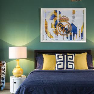 メルボルンの大きいコンテンポラリースタイルのおしゃれなゲスト用寝室 (緑の壁、カーペット敷き、暖炉なし、茶色い床) のインテリア