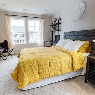 Idéer för att renovera ett lantligt sovrum, med beige väggar, heltäckningsmatta och beiget golv