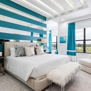 Ejemplo de dormitorio contemporáneo con paredes blancas, moqueta y suelo gris