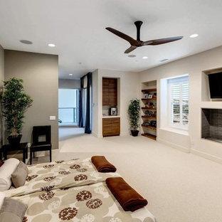 Modelo de dormitorio principal, asiático, grande, con paredes blancas, moqueta, chimenea lineal, marco de chimenea de baldosas y/o azulejos y suelo beige