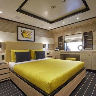 Неиссякаемый источник вдохновения для домашнего уюта: гостевая спальня среднего размера в стиле модернизм с бежевыми стенами, ковровым покрытием и разноцветным полом без камина