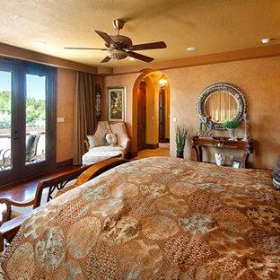Пример оригинального дизайна: большая хозяйская спальня в викторианском стиле с бежевыми стенами, темным паркетным полом, угловым камином, фасадом камина из штукатурки и коричневым полом