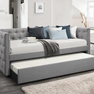 他の地域の中くらいのトランジショナルスタイルのおしゃれな客用寝室 (白い壁、レンガの床、コーナー設置型暖炉、レンガの暖炉まわり、茶色い床) のインテリア