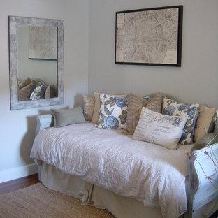 Bild på ett litet shabby chic-inspirerat sovrum, med grå väggar och mörkt trägolv
