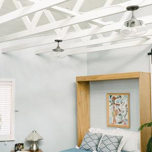 Ispirazione per una camera degli ospiti stile marino di medie dimensioni con pareti blu, pavimento in sughero e nessun camino