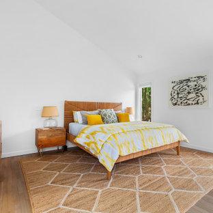 Источник вдохновения для домашнего уюта: спальня в морском стиле с белыми стенами, паркетным полом среднего тона, коричневым полом и сводчатым потолком