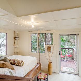 Imagen de dormitorio principal, clásico, pequeño, con suelo de madera pintada