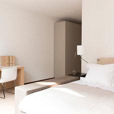 Modern Bedroom by brandbeeld