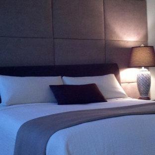 Стильный дизайн: спальня среднего размера на антресоли в стиле модернизм с фиолетовыми стенами - последний тренд
