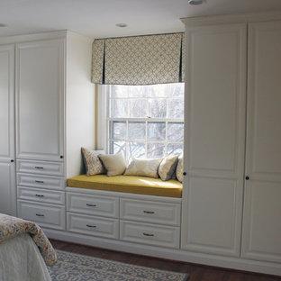 Ejemplo de dormitorio principal, clásico renovado, pequeño, con paredes amarillas y suelo de madera en tonos medios
