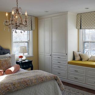 ボルチモアの小さいトランジショナルスタイルのおしゃれな主寝室 (黄色い壁、無垢フローリング) のレイアウト