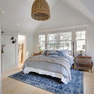 Стильный дизайн: хозяйская спальня среднего размера в стиле кантри с белыми стенами и фасадом камина из дерева - последний тренд