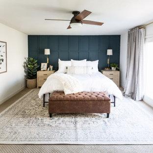 Diseño de dormitorio principal y panelado, campestre, de tamaño medio, panelado, con paredes blancas, moqueta, suelo beige y panelado