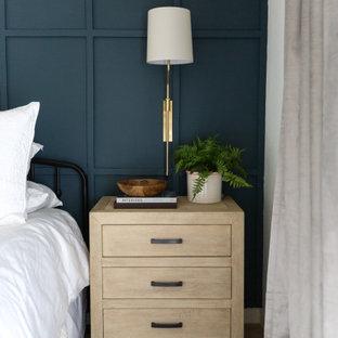 Imagen de dormitorio principal, campestre, de tamaño medio, con paredes blancas, moqueta y suelo beige