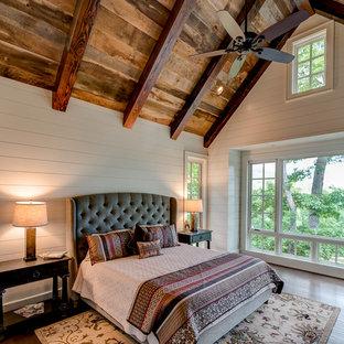 Inspiration för ett rustikt sovrum, med vita väggar, mörkt trägolv och brunt golv