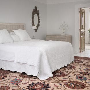 Bild på ett shabby chic-inspirerat huvudsovrum, med grå väggar, målat trägolv och vitt golv