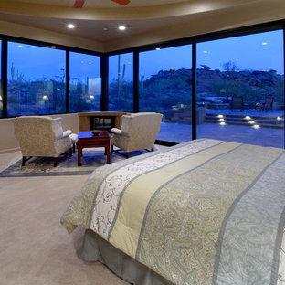 Diseño de dormitorio principal, tradicional renovado, grande, con paredes beige, moqueta, chimenea de doble cara y suelo beige