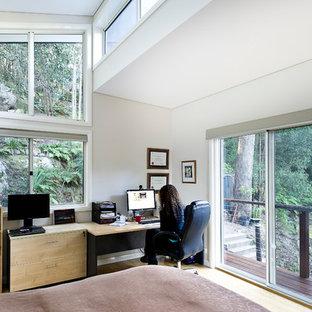 Aménagement d'une grand chambre parentale contemporaine avec un mur blanc, un sol en bambou et aucune cheminée.