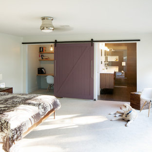 Diseño de dormitorio principal, vintage, sin chimenea, con paredes blancas y moqueta
