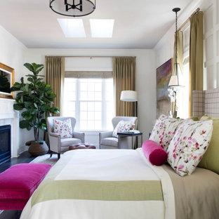 シカゴの広いモダンスタイルのおしゃれな主寝室 (白い壁、濃色無垢フローリング、両方向型暖炉、漆喰の暖炉まわり、茶色い床)