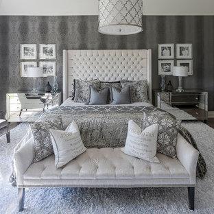 Ispirazione per una camera matrimoniale tradizionale di medie dimensioni con pareti grigie, moquette, camino lineare Ribbon e pavimento bianco