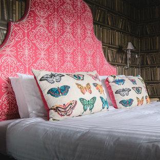 Foto de dormitorio principal, ecléctico, pequeño, con paredes marrones