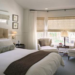 Пример оригинального дизайна: хозяйская спальня в стиле современная классика с белыми стенами и ковровым покрытием без камина