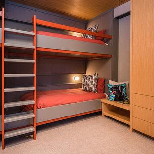 Inspiration pour une chambre minimaliste de taille moyenne avec un mur multicolore et un sol beige.