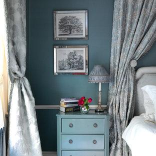 Modelo de dormitorio tradicional con paredes azules y moqueta