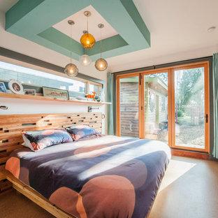 Imagen de dormitorio principal, vintage, de tamaño medio, sin chimenea, con paredes blancas y suelo de corcho