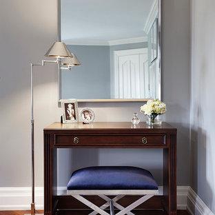Cette image montre une chambre traditionnelle avec un mur gris et un sol en bois brun.