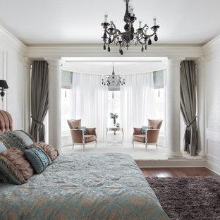 エカテリンブルクのトラディショナルスタイルのおしゃれな寝室 (白い壁、濃色無垢フローリング、暖炉なし、間仕切りカーテン) のインテリア