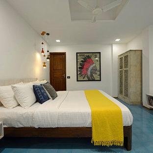 Foto på ett mellanstort funkis sovrum, med vita väggar och blått golv