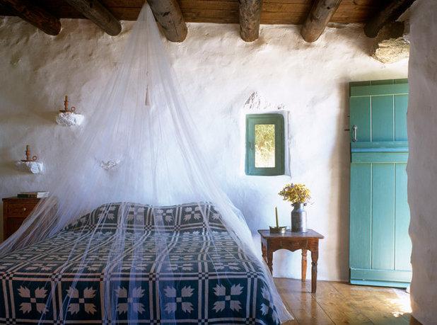 Средиземноморский Спальня by Deborah French Designs