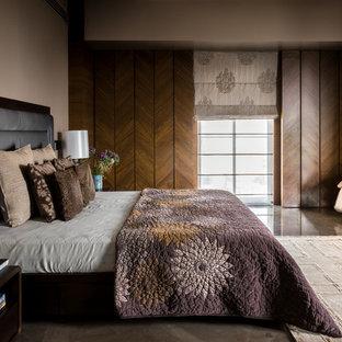 На фото: большая спальня в современном стиле с бежевыми стенами с