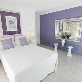 Modelo de habitación de invitados de estilo americano, de tamaño medio, con paredes púrpuras y suelo de linóleo