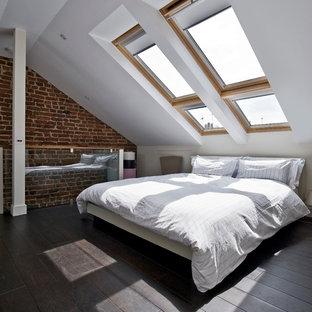 Пример оригинального дизайна: спальня на антресоли в современном стиле с белыми стенами, темным паркетным полом и кроватью у окна