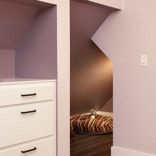 Modelo de dormitorio principal, moderno, pequeño, con paredes púrpuras, suelo vinílico y suelo gris