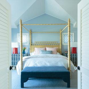 Imagen de dormitorio principal, costero, grande, con paredes azules, moqueta y suelo azul