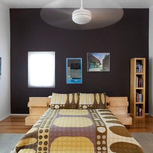 Imagen de dormitorio principal, minimalista, de tamaño medio, con paredes negras y suelo de bambú