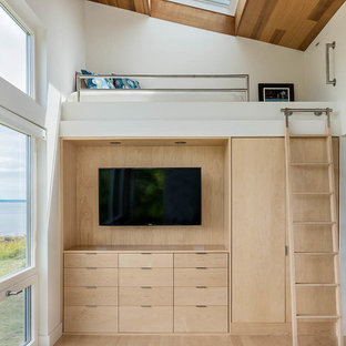 Diseño de dormitorio tipo loft, contemporáneo, con paredes blancas y suelo de madera clara