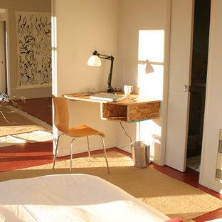 Esempio di una camera da letto minimalista con pavimento in legno verniciato