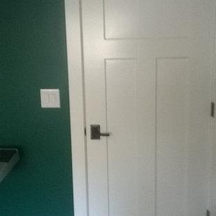 Foto de habitación de invitados de estilo americano, de tamaño medio, con paredes verdes y suelo de bambú