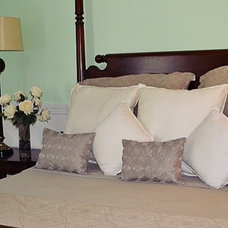 Traditional Bedroom by Home Staging by Julia