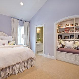Diseño de habitación de invitados tradicional, de tamaño medio, sin chimenea, con paredes púrpuras y moqueta