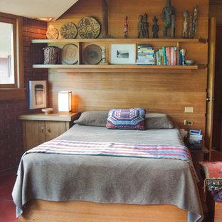 Ejemplo de dormitorio minimalista, pequeño, con suelo rojo