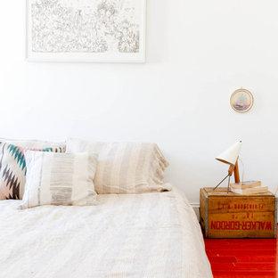 На фото: со средним бюджетом спальни в стиле фьюжн с белыми стенами и красным полом