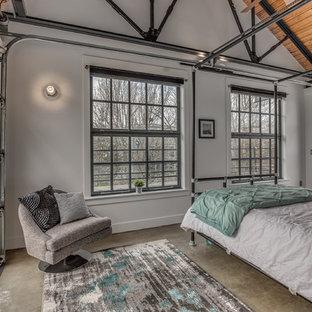 Imagen de dormitorio principal, industrial, con paredes blancas y suelo de cemento