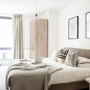 Modelo de dormitorio principal, escandinavo, de tamaño medio, sin chimenea, con paredes blancas y moqueta